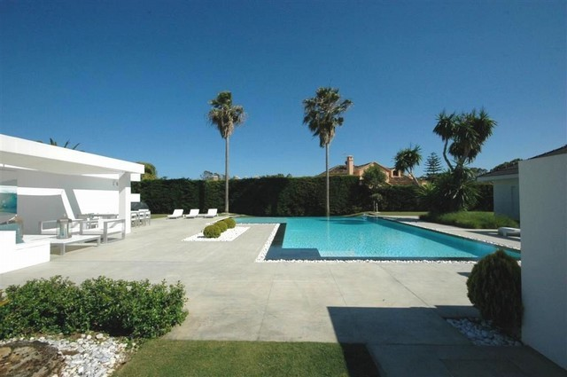 Modern beachside villa in Guadalmina Baja, Marbella